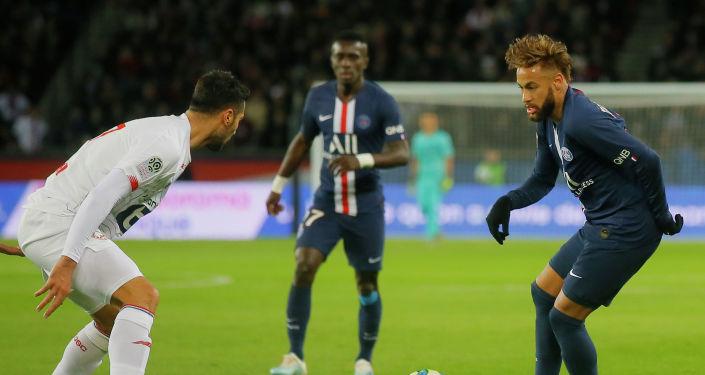 Нападающий Пари Сен-Жермен Неймар во время игры с Лиллем на чемпионате Франции по футболу. 22 ноября 2019 года