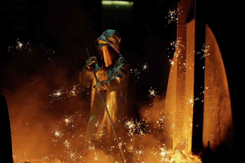 Рабочий сталелитейного завода в Дуйсбурге, Германия