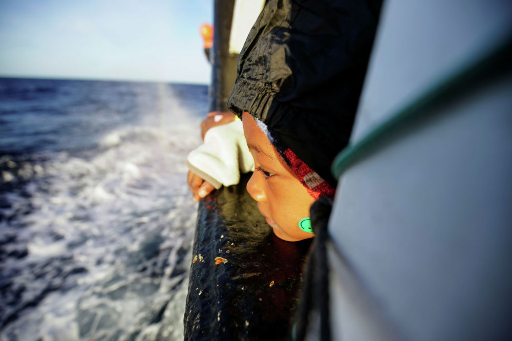 Пятилетняя Фатима на борту спасательного судна испанской неправительственной организации Open Arms в Средиземном море