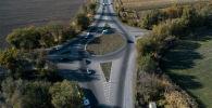 Перекресток с кольцевым движением на трассе в Чуйской области