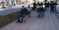 Аким Туркестана Рашид Аюпов и заместитель акима Туркестанской области РК Улан Тажибаев несколько часов ездили по городу в инвалидных колясках