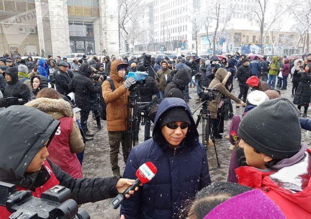 Участники мирной акции против коррупции и воровства у здания Жогорку Кенеша. 25 ноября 2019 года