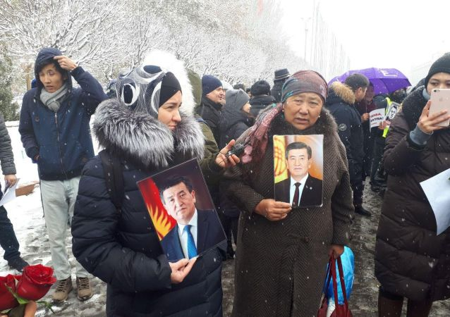 Участники мирной акции против коррупции и воровства у здания Жогорку Кенеша в Бишкеке. 25 ноября 2019 года