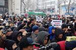 Участники мирного митинга против коррупции и воровства у здания Жогорку Кенеша. 25 ноября 2019 года