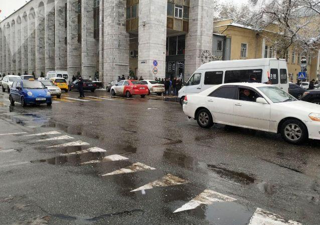 Регулировщики разгружают дороги, так как пешеходы практически без остановки приходят по зебре