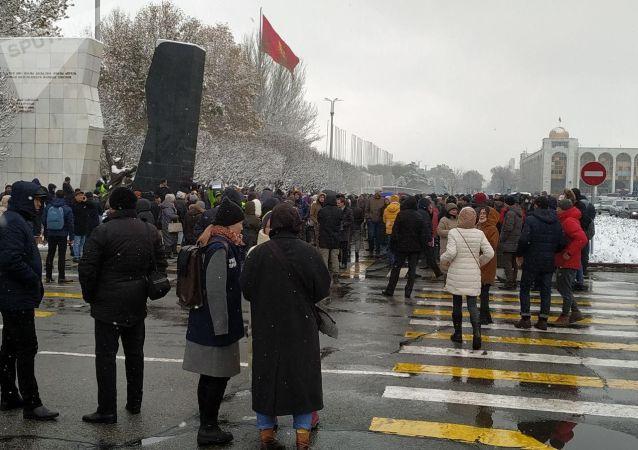 Участники мирного митинга против коррупции и воровства у здания Жогорку Кенеша