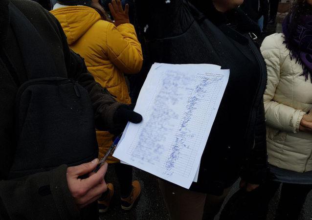 Участники ставят подписи, соглашаясь с тремя основными лозунгами - задержать Райыма Матраимова, осудить коррупционеров и провести реальные реформы.