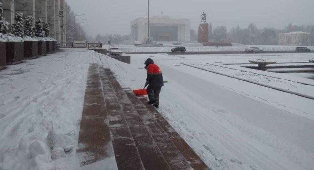 Борбор калаадагы Тазалык мамлекеттик ишканасынын кызматкерлери түндөн тарта Бишкектин жолдорун тазалап баштады.
