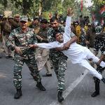 Индийские военнослужащие задерживают сторонника Партии конгресса во время митинга в Нью-Дели.