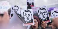 Участники мирного митинга в Бишкеке против коррупции и воровства. Архивное фото