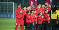 Сборная Кыргызстана по футболу во время озвучивания гимна до матча Кыргызстан — Таджикистан в Бишкеке, в рамках группового этапа Чемпионата мира 2022 года