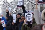 Несмотря на мороз, в центре Бишкека возле Белого дома собрались сотни человек. У них было три требования к властям.