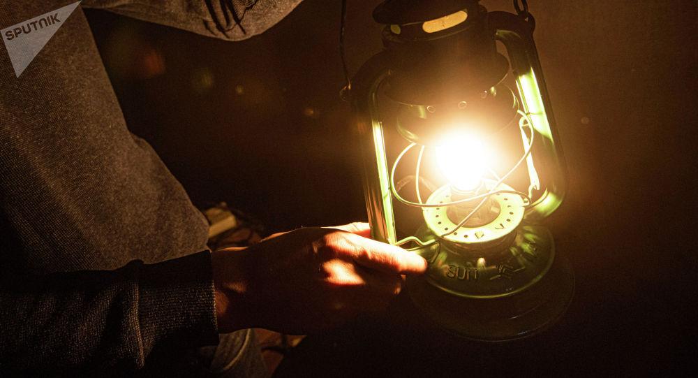 Киши лампа менен. Архив