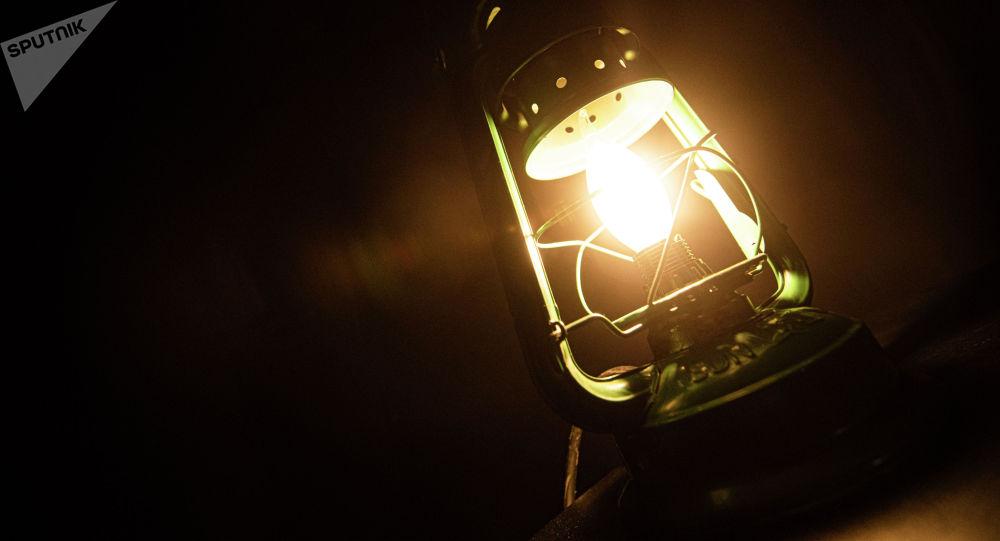 Горящая электрическая лампа. Иллюстративное фото