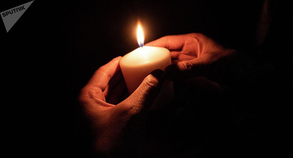 Горящая свеча. Иллюстративное фото