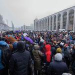 Участники митинга против коррупции у здания Жогорку Кенеша в Бишкеке