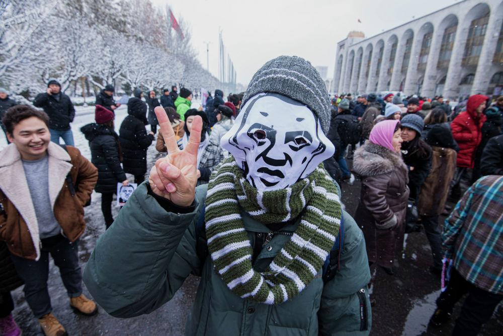 Митингдин уюштуруучулары Райым Матраимовдун элеси түшүрүлгөн сүрөттөрдү келгендерге таратып жатты