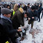 Некоторые принесли с собой в термосах чай и угощали участников акции