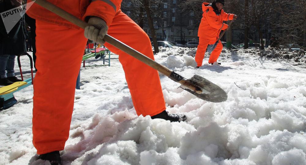 Коммунальные службы убирают снег. Архивное фото