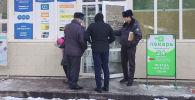 Сотрудники милиции у входа в банк на пересечении улиц Сухэ-Батора и Юнусалиева, который был ограблен
