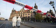 Сотрудники полиции у музея Зеленый свод в Дрездене (Германия), из которого было украдено три набора ювелирных изделий. 25 ноября 2019 года