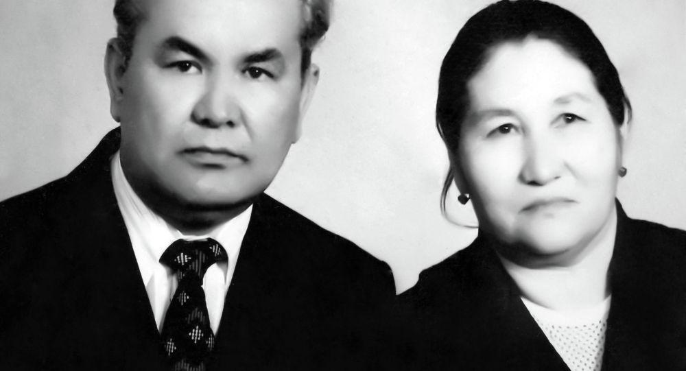 Народный писатель КР, заслуженный учитель СССР, ветеран Великой Отечественной войны Жунай Мавлянов с супругой