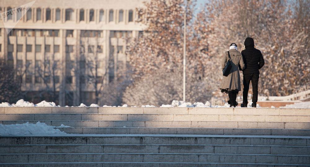 Пара идет по площади Ала-Тоо в Бишкеке. Архивное фото