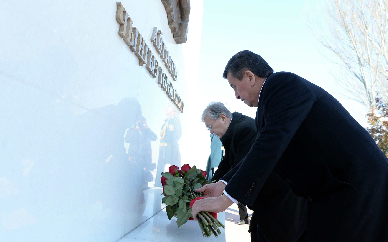 Президент Кыргызской Республики Сооронбай Жээнбеков и президент Республики Казахстан Касым-Жомарт Токаев посетили Национальный историко-мемориальный комплекс Ата-Бейит. 27 ноября 2019 года