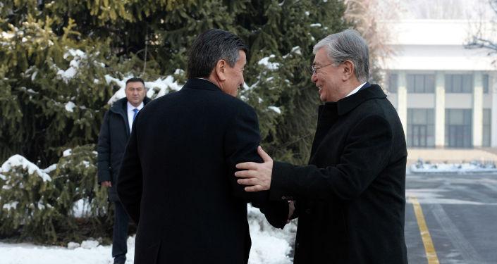 Президент Кыргызской Республики Сооронбай Жээнбеков и президент Республики Казахстан Касым-Жомарт Токаев в Государственной резиденции Ала-Арча