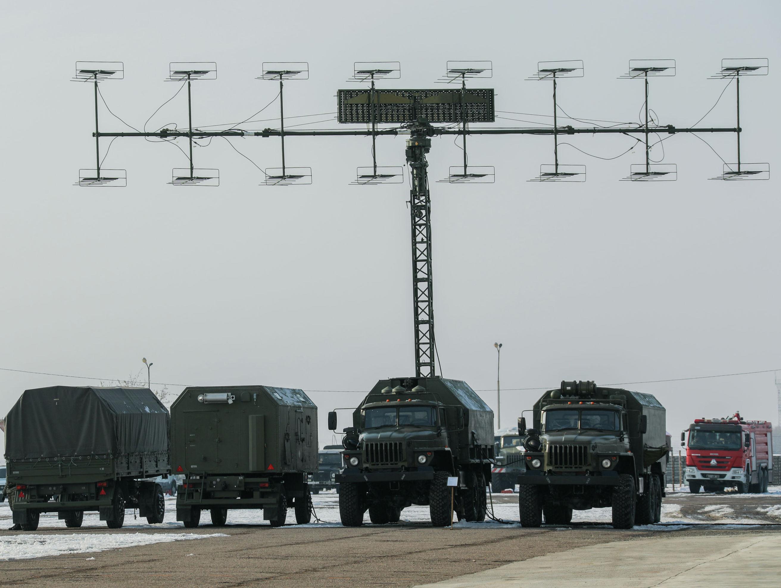 Торжественная церемония приема-передачи радиолокационной станции П-18 на территории авиационно-технической эксплуатационной части Сил воздушной обороны Вооруженных сил КР в Канте.