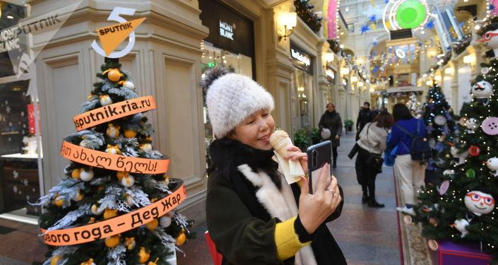 Цифровая елка международного информационного агентства и радио Sputnik на первой линии ГУМа в Москве