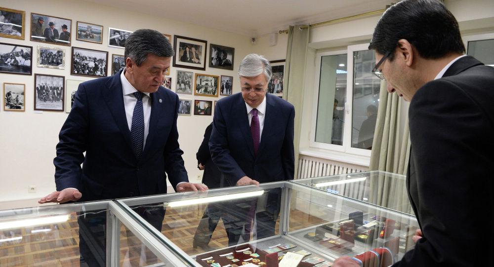 Президент Кыргысзтана Сооронбай Жээнбеков и президент Казахстана Касым-Жомарт Токаев посетили Дом-музей Чынгыза Айтматова в городе Бишкек