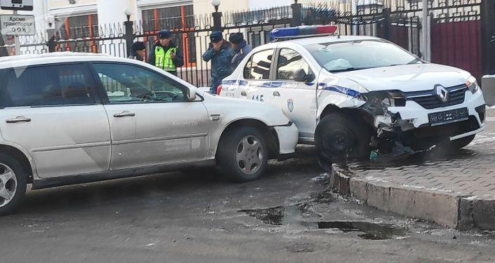 В центре Бишкека легковой автомобиль врезался в машину патрульной милиции