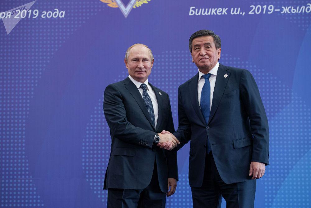 Президент Кыргызстана Сооронбай Жээнбеков встречает главу России Владимира Путина в госрезиденции Ала-Арча перед началом заседания Совета коллективной безопасности ОДКБ в Бишкеке