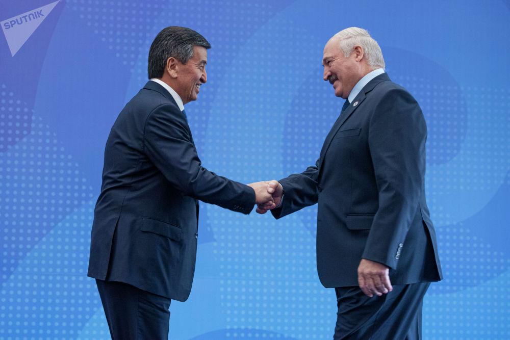 Белоруссия башчысы Александр Лукашенконун буга чейин Кыргызстандын президенти жөнүндө жылуу пикирин айтканы бар. Жарым жыл мурда КР элчиси менен жолукканда Жээнбековду өтө дурус адам деп атаган.