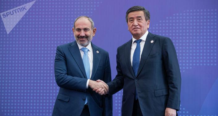 Кыргызстандын президенти Сооронбай Жээнбеков жана Армениянын премьер-министри Никола Пашинян