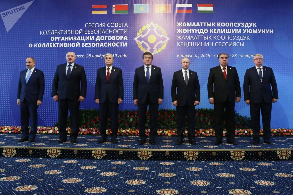 Церемония совместного фотографирования глав государств-членов ОДКБ в госрезиденции Ала-Арча перед началом заседания Совета коллективной безопасности ОДКБ в Бишкеке