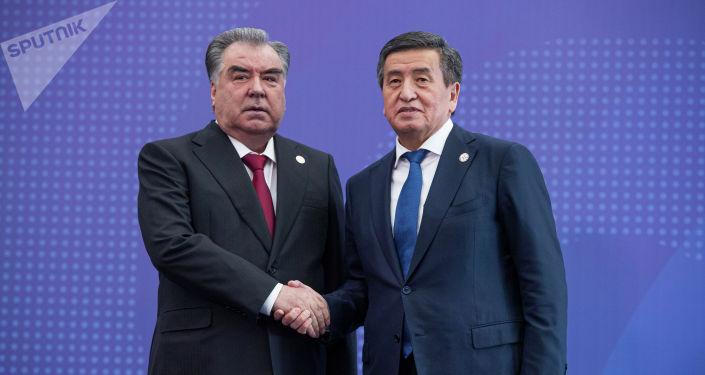Президент Кыргызстана Сооронбай Жээнбеков встречает главу Таджикистана Эмомали Рахмона в госрезиденции Ала-Арча перед началом заседания Совета коллективной безопасности ОДКБ в Бишкеке