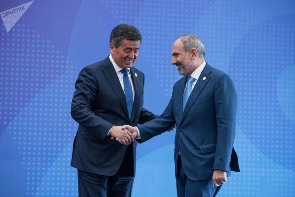 Президент Кыргызстана Сооронбай Жээнбеков встречает премьер-министра Армении Никола Пашиняна в госрезиденции Ала-Арча перед началом заседания Совета коллективной безопасности ОДКБ в Бишкеке