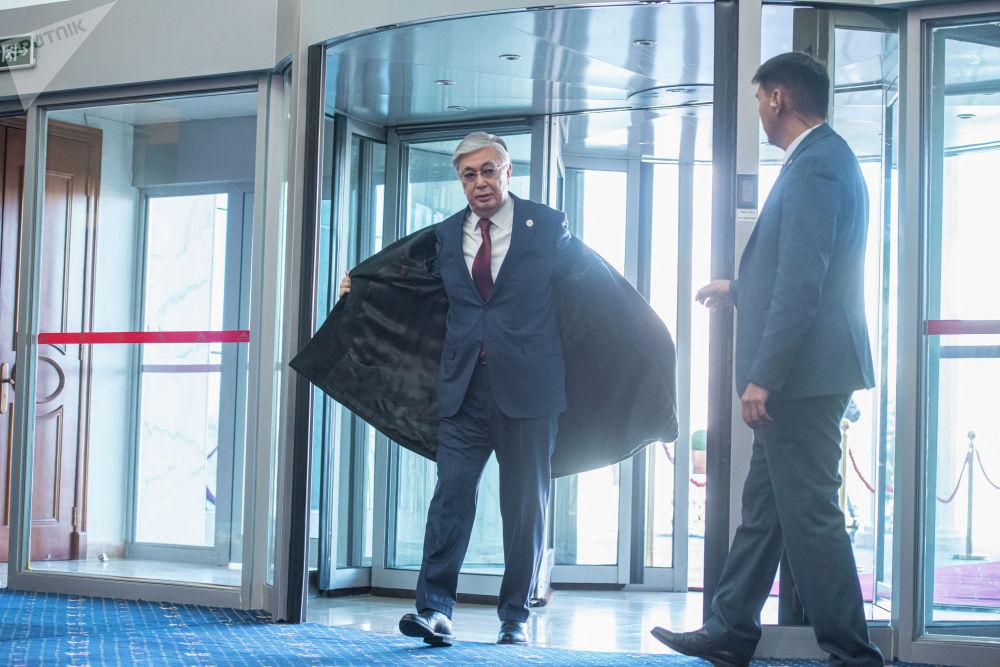 Президент Казахстана Касым-Жомарт Токаев прибывает в госрезиденцию Ала-Арча перед началом заседания Совета коллективной безопасности ОДКБ в Бишкеке