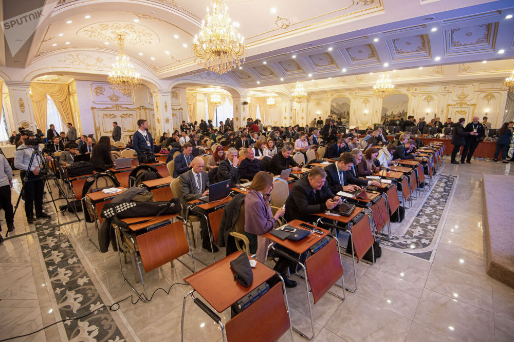 Журналисты в зале заседания госрезиденции Ала-Арча перед началом заседания Совета коллективной безопасности ОДКБ под председательством Кыргызстана