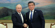 Кыргызстандын президенти Сооронбай Жээнбеков жана Россиянын лидери Владимир Путин. Архив