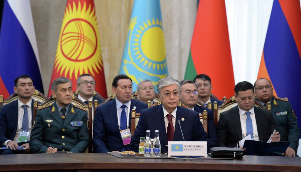 Накануне президент Казахстана Касым-Жомарт Токаев провел встречу с Сооронбаем Жээнбековым. Лидеры двух стран договорились о снижении торговых барьеров.