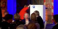 Канцлер Германии Ангела Меркель упала, поднимаясь на сцену во время выступления на Берлинской конференции по многосторонней торговле и цифровой безопасности.
