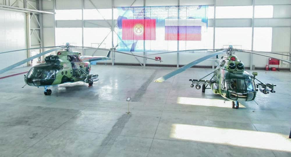 Вертолеты МИ-8МТ на территории авиационно-технической эксплуатационной части Сил воздушной обороны Вооруженных сил КР в Канте. Архивное фото