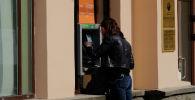 Девушка у банкомата. Архивное фото