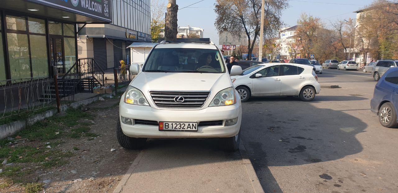 Девушка за рулем Lexus-GX на улице Донецкой в районе Орто-Сайского рынка 8 ноября