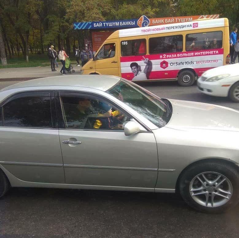 Мужчина на Toyota Mark II посадил на колени малыша и едет на пересечении улиц Ахунбаева и Байтик Баатыра. 21 октября 2019 года
