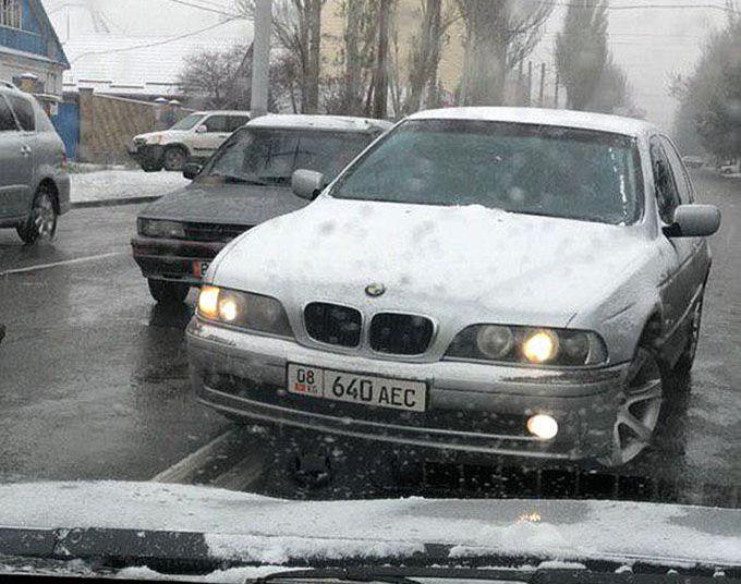 Водитель BMW едет по встречной полосе по улице Карла Маркса . 21 ноября 2019 года