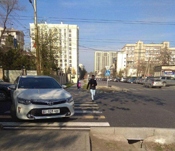 Автомобиль марки Toyota Corolla припаркованный пересечение улиц Тыныстанова и Московской. 19 ноября, 2019 года